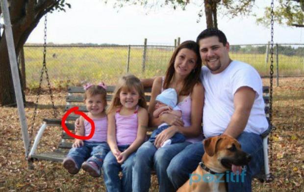 soldaki kızın omzundaki el kime ait