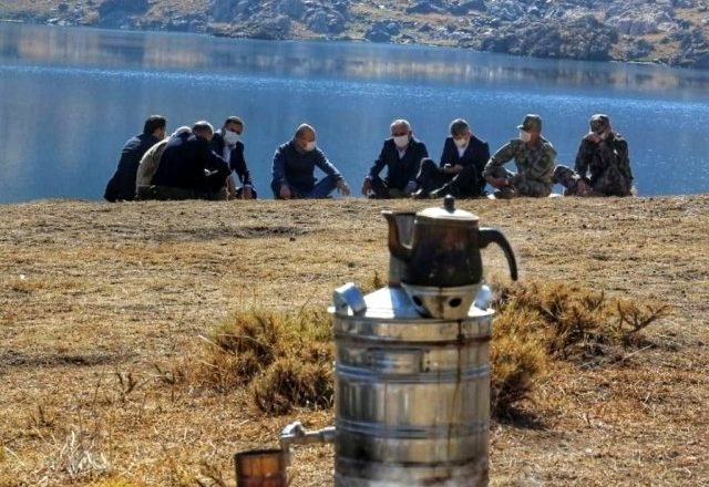 Bakan Soylu, Hakkari'de Göllerbaşı Sat Buzul Gölleri'nde kahve ve semaver çayı içti