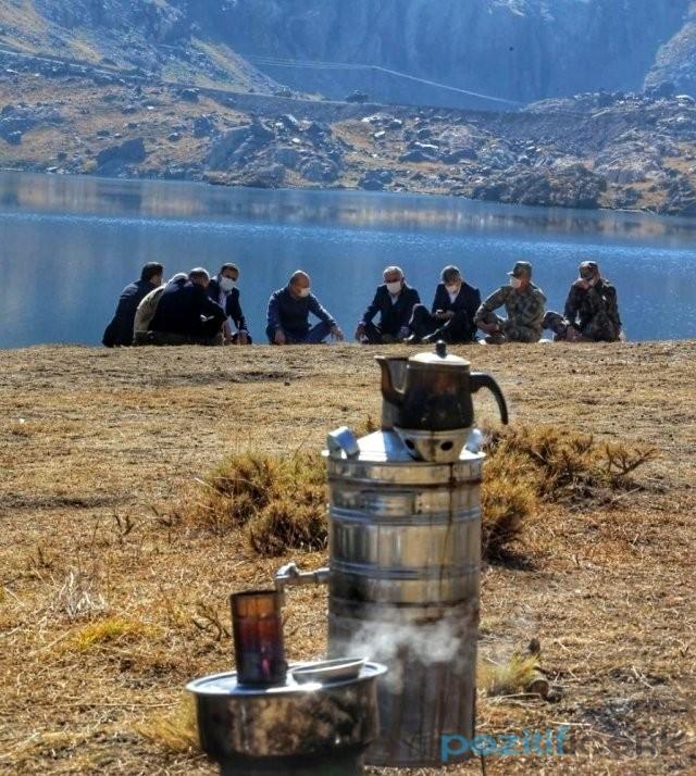 Bakan Soylu, Hakkari'de terör nedeniyle girilemeyen bölgede kahve ve semaver çayı içti